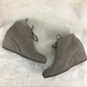 TOMS Desert Wedge Taupe Suede Lace Up Ankle Boot 9